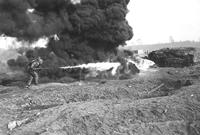 Atak miotaczem płomieni, zdjęcie wykonano podczas ćwiczeń na poligonie w Hildesheim. W specjalnym kombinezonie spadochroniarz z