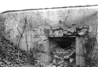 Fort EbenEamel - zniszczony bunkier.