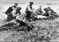 Niemieccy spadochroniarze w Koryncie, Grecja, krótki odpoczynek na polu. 27 maja 1941r.