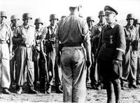 Kapitan Otto Skorzeny odbierający rozkazy przed akcją uwolnienia Mussoliniego. 21 kwietnia 1943r.