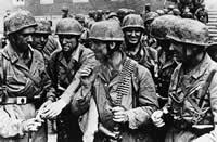 Spadochroniarze w charakterystycznych hełmach i kombinezonach. Holandia 1940 r.
