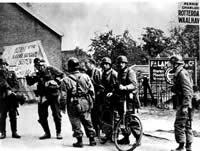 Nazistowskie jednostki spadochronowe na drodze w pobliżu słynnego lotniska Waalhaven w Rotterdamie podczas niemieckiej inwazji na Holandię w 1940 r.