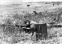 Niemiecka inwazja na Kretę - czerwiec 1940r. Spadochroniarze otwierają ogień podczas natarcia.