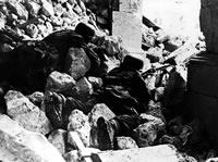 Spadochroniarze w ruinach klasztoru Monte Cassino. Kwiecień 1944r.