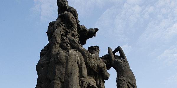 Babiojarskie pomniki i meandrowanie pamięci